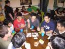 Die Brettspielgruppe spielt gerade Apples to Apples.